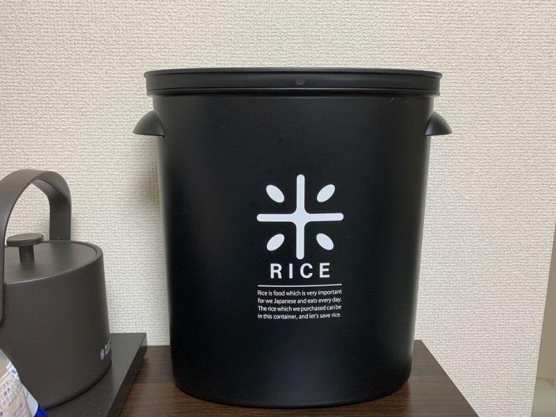 パール金属RICE お米袋のままストック5kg用設置時の様子