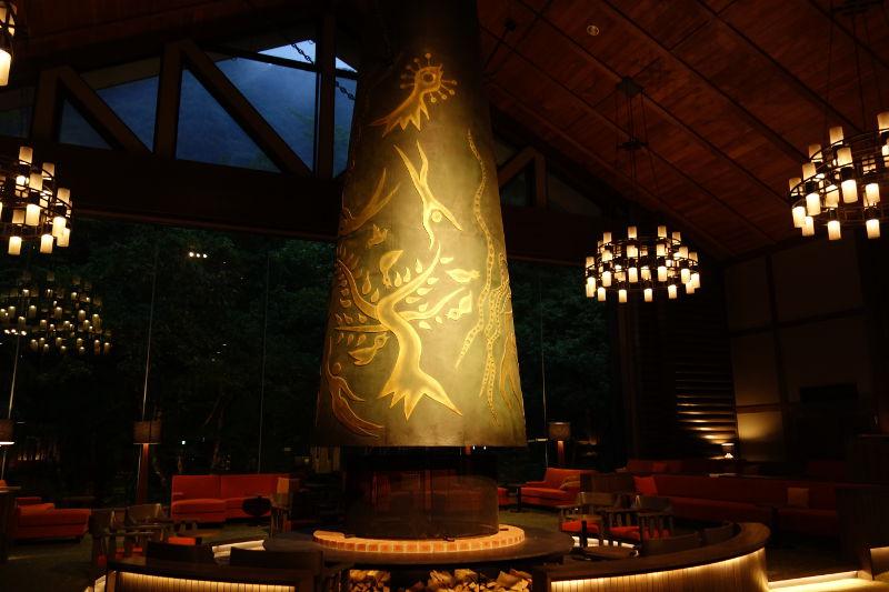 奥入瀬渓流ホテルのロビー(夜)